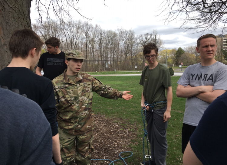 JROTC+Raiders+team+create+and+secure+a+successful+rope+bridge+for+their+upcoming+competition.+Photo++通过+Alex+Boulton.
